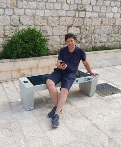 Korisnik pametne klupe QBen Silver puni mobitel u Dubrovniku